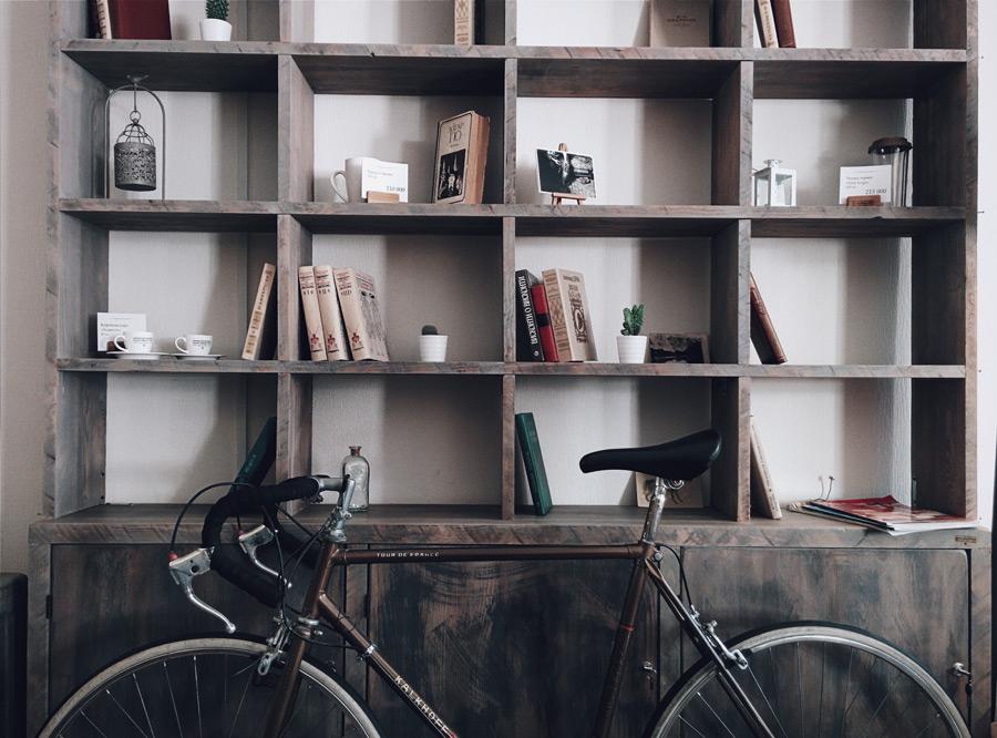 フリー写真 本棚と自転車