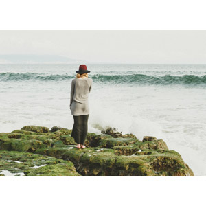 フリー写真, 人物, 女性, 外国人女性, 後ろ姿, 人と風景, 帽子, 岩, 海, 眺める