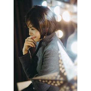 フリー写真, 人物, 女性, アジア人女性, ベトナム人, 女性(00148), ショートヘア, 横顔, 顎に指を当てる