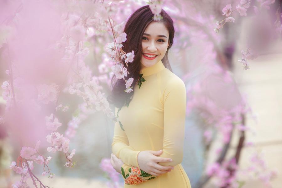 フリー写真 桜の花と微笑むベトナム人女性