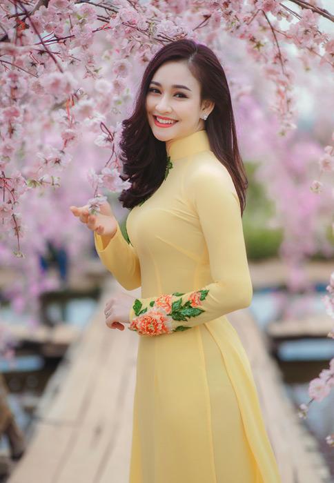 フリー写真 桜の花とアオザイ姿の女性ポートレイト