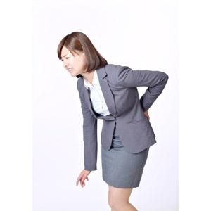 フリー写真, 人物, 女性, アジア人女性, 日本人, 女性(00086), 腰痛, 痛い, 腰に手を当てる, ぎっくり腰, ビジネス, ビジネスウーマン, 職業, 仕事, 白背景, OL(オフィスレディ)