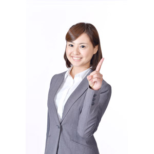 フリー写真, 人物, 女性, アジア人女性, 日本人, 女性(00086), ビジネス, ビジネスウーマン, OL(オフィスレディ), 職業, 仕事, 白背景, ワンポイントアドバイス, 1(一), 指差す, 人差し指を立てる, 上を指す