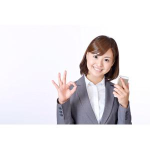 フリー写真, 人物, 女性, アジア人女性, 日本人, 女性(00086), ビジネス, ビジネスウーマン, OL(オフィスレディ), 職業, 仕事, 白背景, OKサイン, スマートフォン(スマホ)