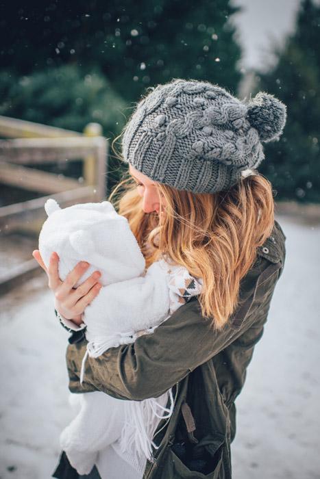 フリー写真 赤ちゃんを抱いている若い外国の母親