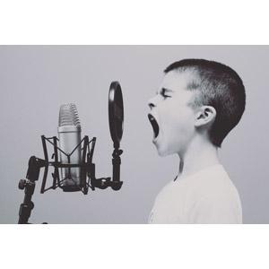 フリー写真, 人物, 子供, 男の子, 外国の男の子, マイク, 歌う, 音楽, 横顔, カナダ人, 口を開ける, 目を閉じる, モノクロ