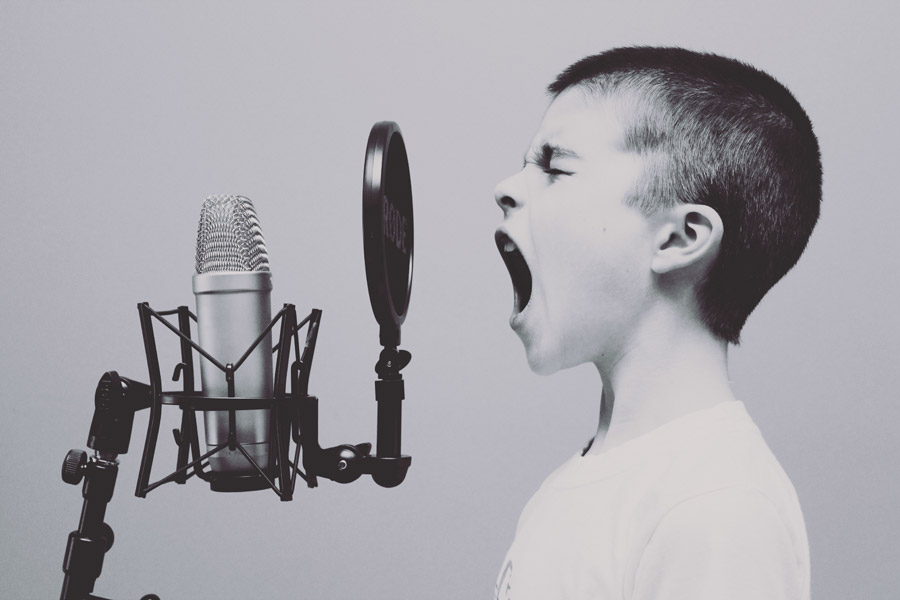 フリー写真 マイクの前で歌う外国の男の子