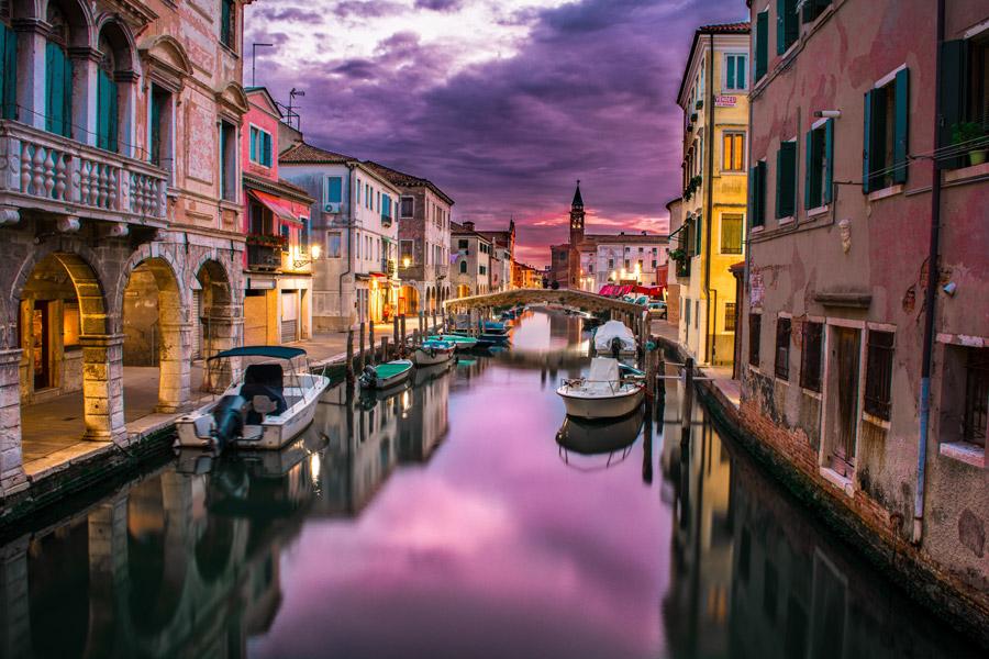 フリー写真 夕暮れのベネチアの運河の風景
