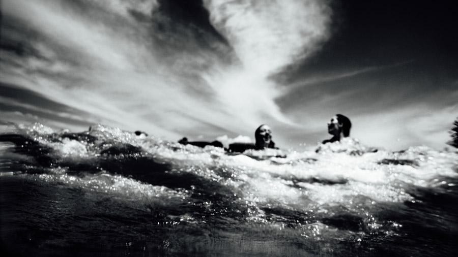 フリー写真 海水浴を楽しむ二人の外国人女性