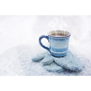 フリー写真, 飲み物(飲料), コーヒー(珈琲), コーヒーカップ, 手袋, ミトン, 雪, 冬