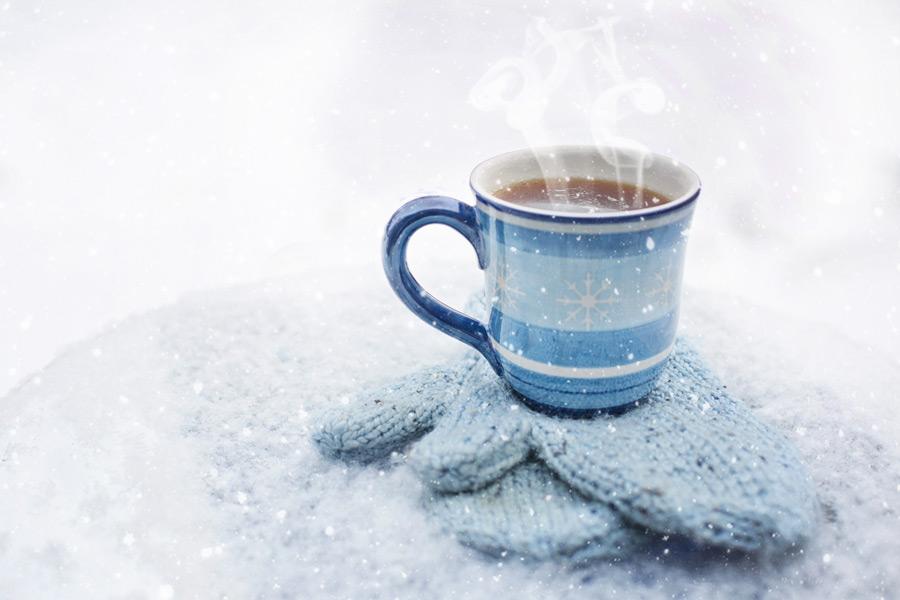 フリー写真 雪と手袋の上に置かれた温かいコーヒー