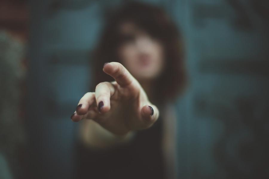 フリー写真 手を伸ばす女性の手