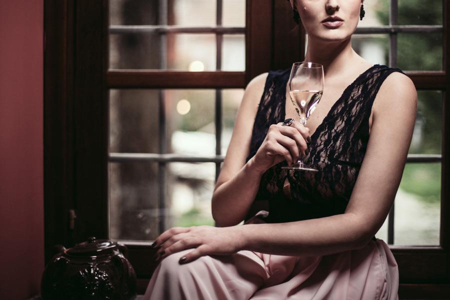 フリー写真 ワイングラスを持つ外国人女性