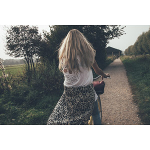 フリー写真, 人物, 女性, 外国人女性, 人と乗り物, 自転車, 後ろ姿, 小道, 田舎, 頭蓋骨(髑髏)