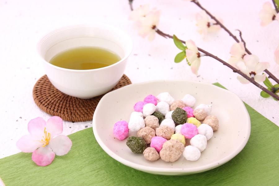 フリー写真 梅の花とひなあられとお茶