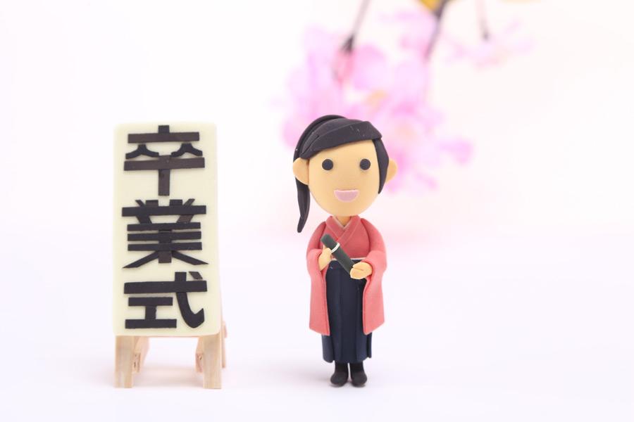 フリー写真 卒業式を迎える袴姿の女子大学生の人形