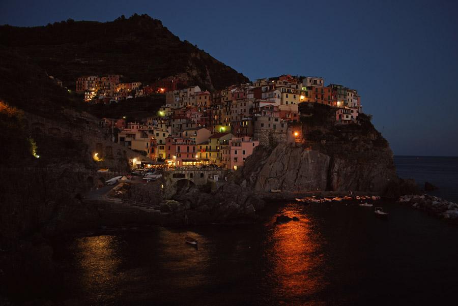 フリー写真 崖にある集落のマナローラの夜景
