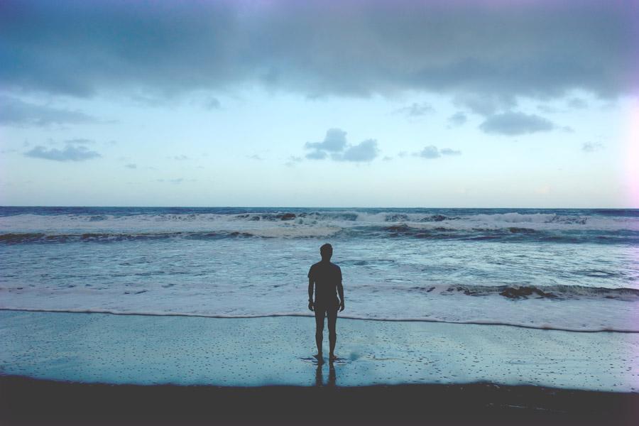 フリー写真 波打ち際に立つ人物