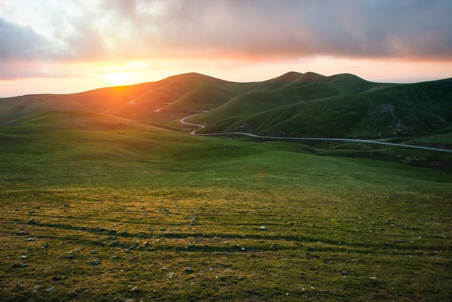 フリー写真 夕陽と丘の風景