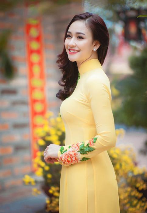 フリー写真 黄色のアオザイを着たベトナム人女性