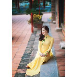 フリー写真, 人物, 女性, アジア人女性, ベトナム人, 女性(00149), アオザイ, 座る(階段)