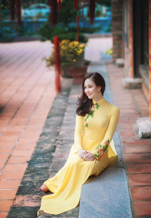 フリー写真 アオザイ姿で階段に座るベトナム人女性