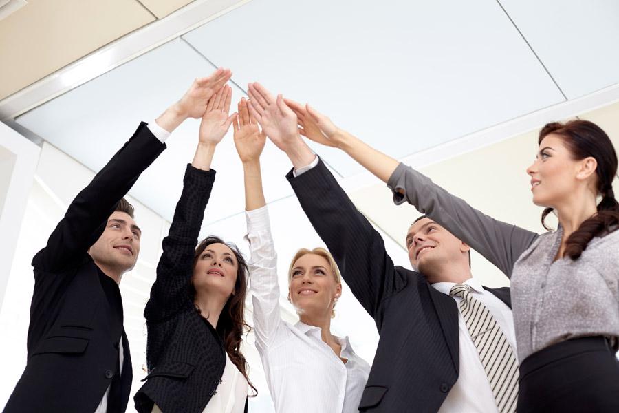フリー写真 手を掲げて一致団結する外国のビジネスパーソン