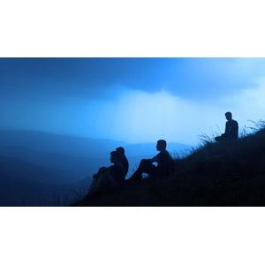 フリー写真, 人物, 集団(グループ), 山, 人と風景, 早朝, 座る(地面), シルエット(人物)