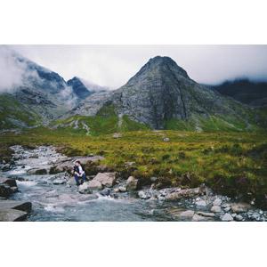 フリー写真, 人物, 男性, 外国人男性, 人と風景, 河川, 山, スカイ島