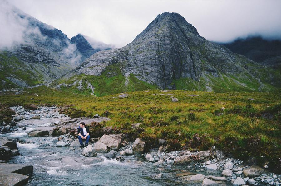 フリー写真 スカイ島の小川の辺に座る外国人男性