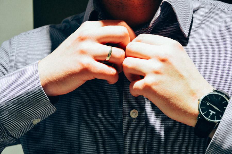 フリー写真 身支度をしている男性の手元