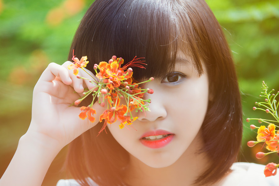 フリー写真 目の前の花とベトナム人女性の顔