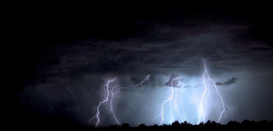 フリー写真 雷の落ちる嵐の風景