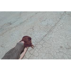フリー写真, 人物, 女性, 顔を覆う, 髪の毛, 寝転ぶ, 仰向け, 人と風景, 地割れ
