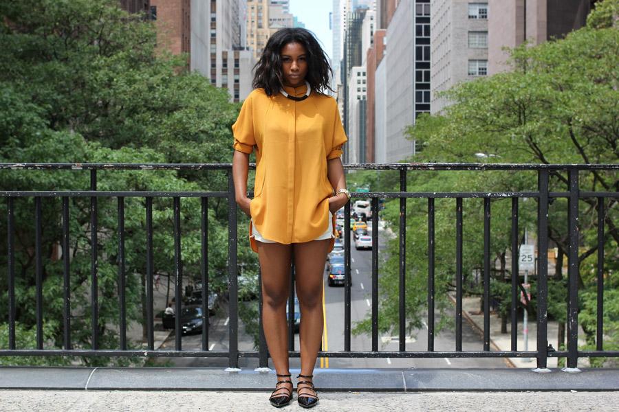 フリー写真 街中の黒人女性のポートレイト