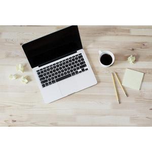 フリー写真, 家電機器, パソコン(PC), ノートパソコン, コーヒー(珈琲), 紙くず, メモ用紙, 鉛筆(えんぴつ)