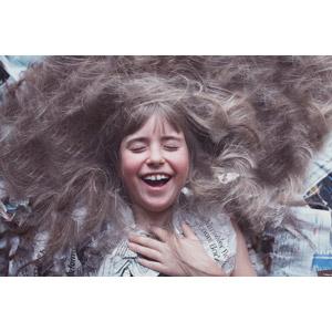 フリー写真, 人物, 子供, 女の子, 外国の女の子, 女の子(00034), 新聞, 寝転ぶ, 仰向け, 髪の毛, 喜ぶ(嬉しい)