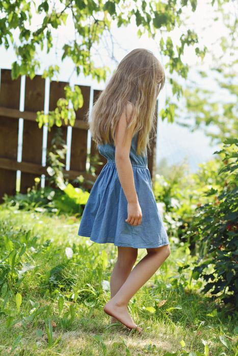 フリー写真 裸足で庭を歩く女の子