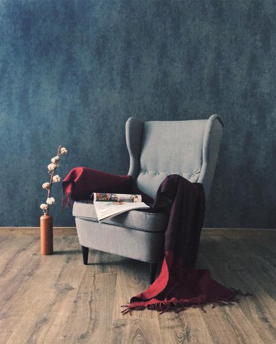 フリー写真 肘掛け椅子の上に置かれた雑誌とブランケット