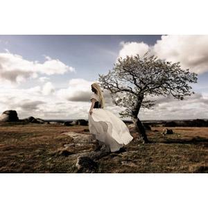 フリー写真, 人物, 女性, 外国人女性, 人と風景, 荒野, 樹木
