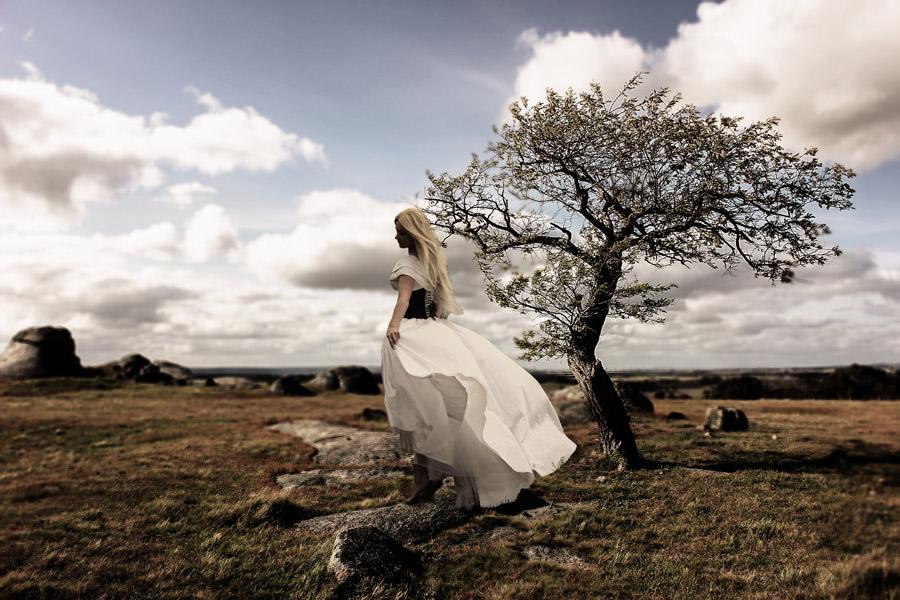 フリー写真 荒野に立つ女性