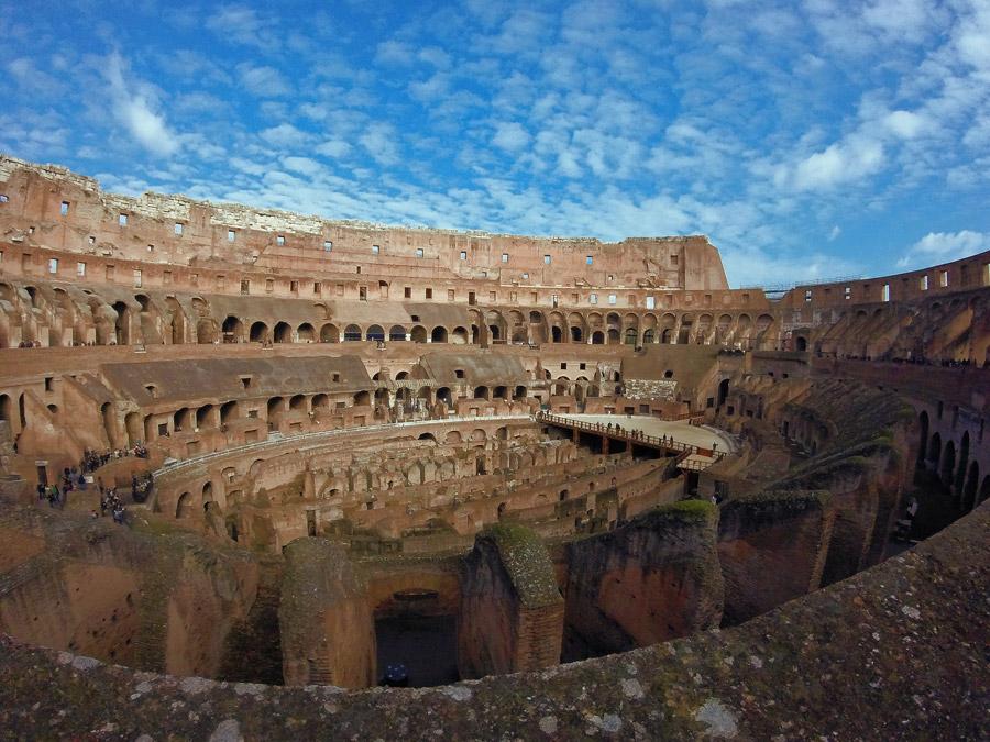 フリー写真 イタリアのコロッセオの内部風景