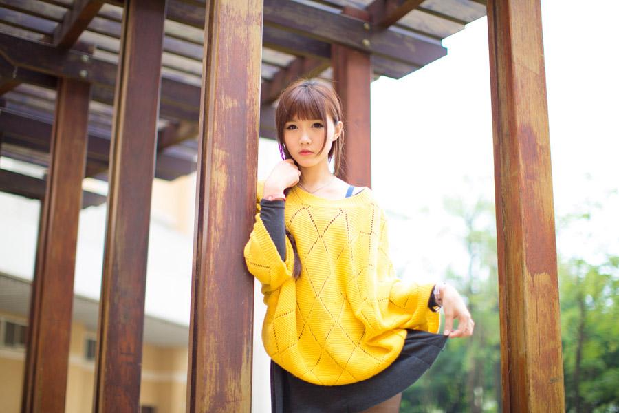 フリー写真 スカートの裾をつまむ女性
