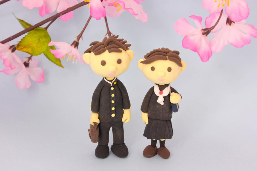 フリー写真 桜と新学期を迎える学生の人形
