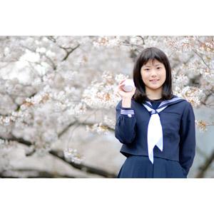 フリー写真, 人物, 少女, アジアの少女, 日本人, 少女(00048), 学生(生徒), 高校生, セーラー服(学生服), 野球ボール, 高校野球, 野球(ベースボール), 桜(サクラ), 春, 人と花