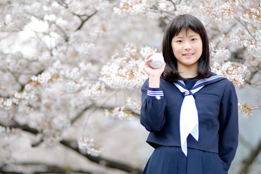 フリー写真 桜の花と野球ボールを持つ女子マネージャー