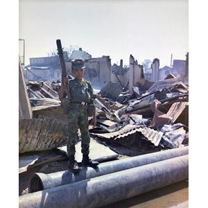 フリー写真, 戦争, ベトナム戦争, 少年兵, 兵士, 破壊, 人物, 子供, 男の子, グレネードランチャー, 武器