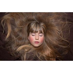 フリー写真, 人物, 子供, 女の子, 外国の女の子, 女の子(00034), 寝転ぶ, 仰向け, 髪の毛, 目を閉じる