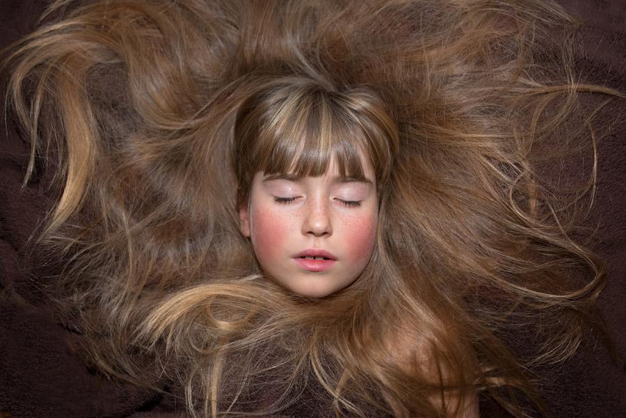フリー写真 目を閉じながら髪の毛を広げている女の子