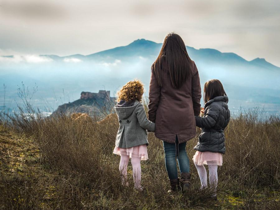 フリー写真 母親と手をつなぐ姉妹の後ろ姿